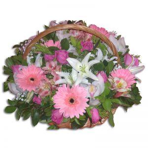 Ανθοσύνθεση σε λευκή-ροζ-φούξια απόχρωση σε καλάθι με χερούλι