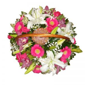 Flower arrangement in basket with handle, in white-fuchsia color