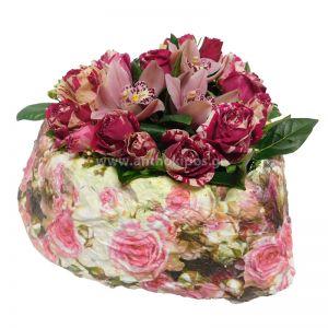 Μεγάλη καρδιά με τριαντάφυλλα και σιμπίτιουμ