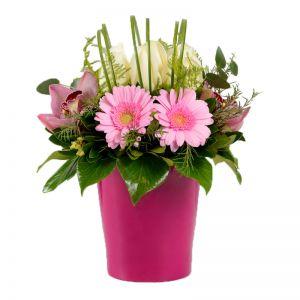 Ρόζ σύνθεση λουλουδιών σε πήλινο βάζο