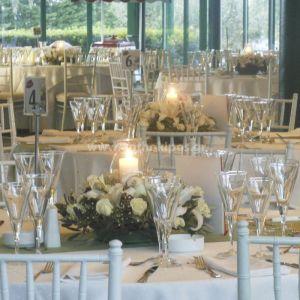 Δεξίωση Γάμου με συνθέσεις λουλουδιών με κεριά και λαμπόγυαλα