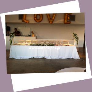 Δεξίωση Γάμου με γιρλάντα τοποθετημένη στο κεντρικό τραπέζι