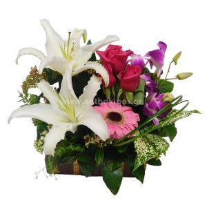 Ανθοσύνθεση σε μπαουλάκι με ροζ λουλούδια