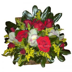Ανθοσύνθεση σε μπαουλάκι με κόκκινα τριαντάφυλλα και άσπρες ορχιδέες(σιμπίτιουμ)