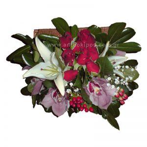 Ανθοσύνθεση σε μπαουλάκι με τριαντάφυλλα, ορχιδέες, οριεντάλ και ιπέρικουμ