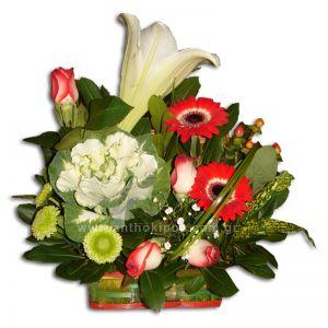 Ανθοσύνθεση σε μπαουλάκι με ποικιλία λουλουδιών