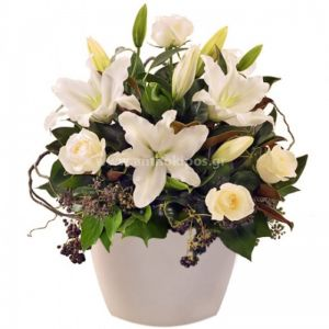 Ολόλευκη σύνθεση με λουλούδια σε πήλινο κασπώ