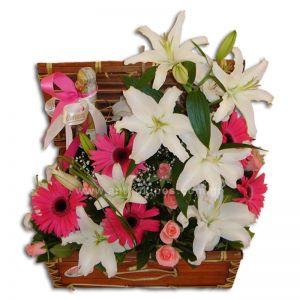 Σύνθεση λουλουδιών σε μπαουλάκι με τριαντάφυλλα, ζέρμπερες, οριεντάλ και γυψοφύλλη