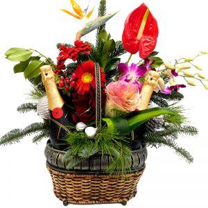 Χριστουγεννιάτικη-Πρωτοχρονιάτικη σύνθεση εντυπωσιακή με λουλούδια και δύο ποτά