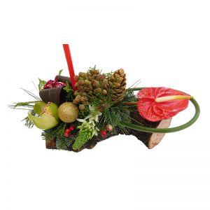 Χριστουγεννιάτικη-Πρωτοχρονιάτικη σύνθεση vintage σε φυσικό κορμό, με λουλούδια και κερί