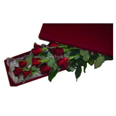 Τριαντάφυλλα κόκκινα σε κόκκινο κουτί.