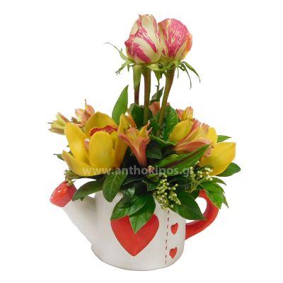 Πήλινο ποτιστήρι καρδιά με πανέμορφα λουλούδια