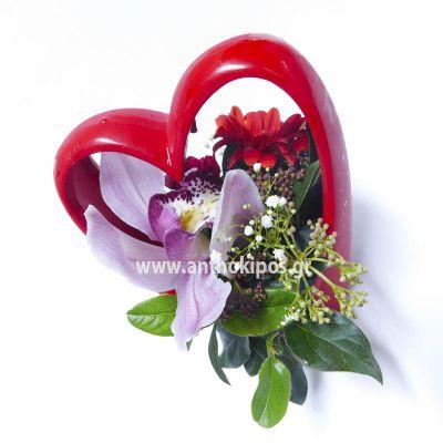Κόκκινη καρδιά με λουλούδια