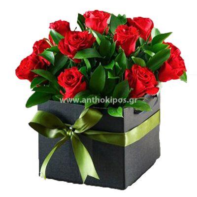 Τριαντάφυλλα κόκκινα σε μαύρο τετράγωνο κουτί